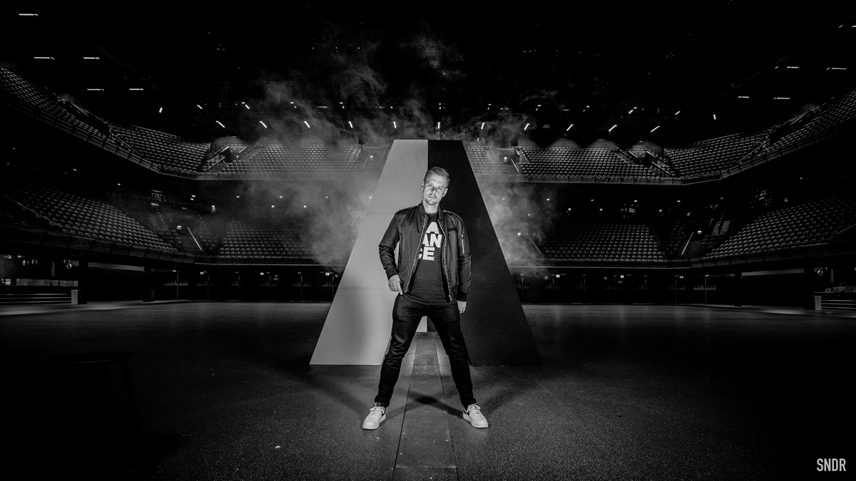 Armin Van Buuren reúne un centenar de temas en su mix anual ...